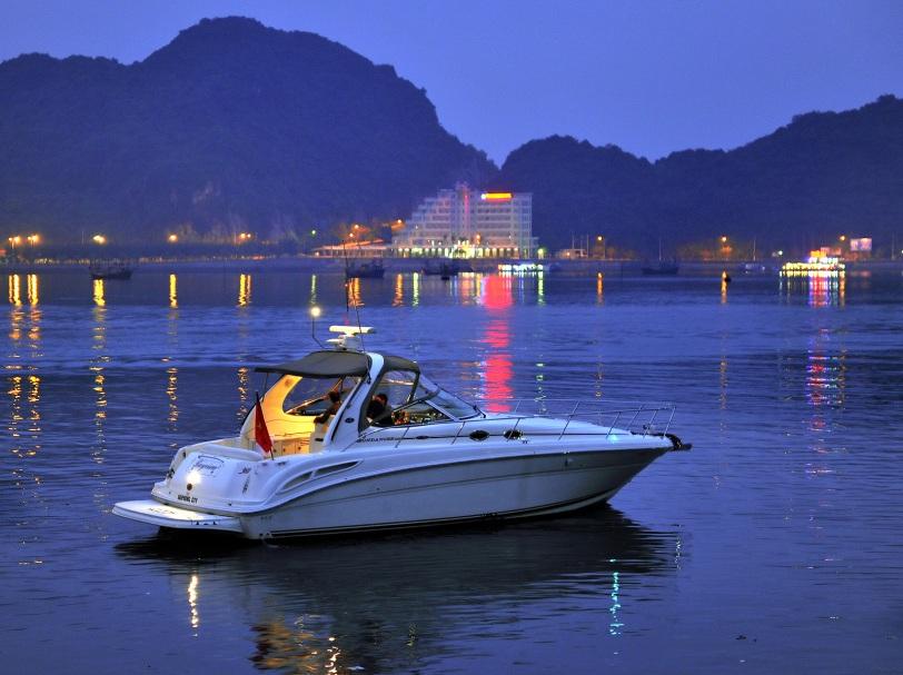 Du thuyền bên Đảo Ngọc Cát Bà