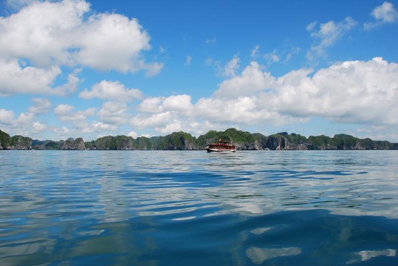 Sóng nước trên Vịnh Lan Hạ